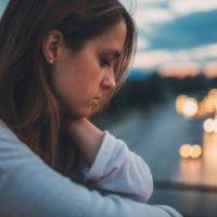 ケチで悲しむ女性
