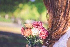 花束と女性